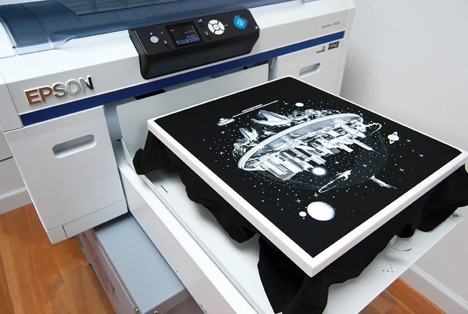 8668c4a6cdd Potisk je kvalitnější a déle vydrží. DTG barvy jsou na vodní bázi výsledný  tisk je i na dotek příjemnější než třeba u plastických nátisků.